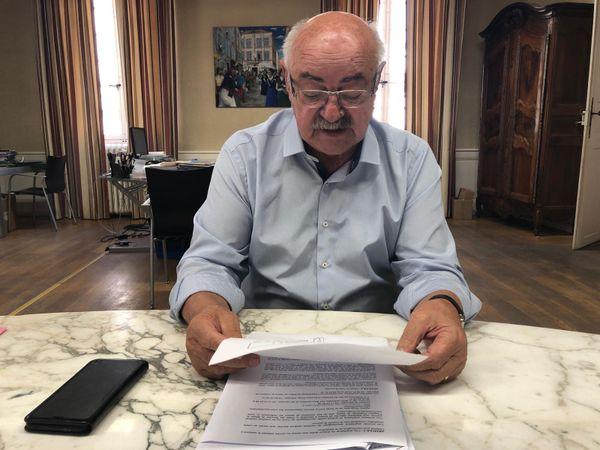 Le maire de Tarascon, Lucien Limousin, dans son bureau