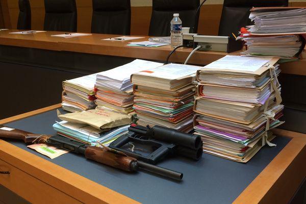 L'arme du crime et les pièces du dossier
