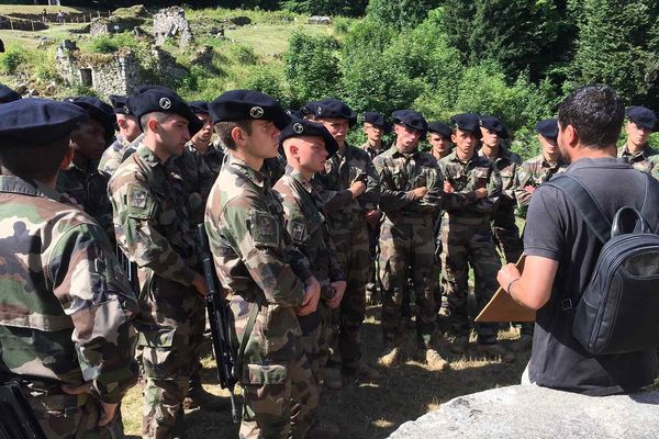 Les jeunes recrues du 13ème Bataillon de Chasseurs alpins avec l'historien Julien Guillon.