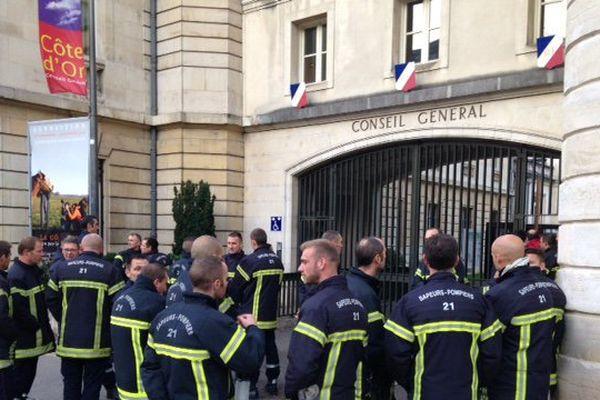 Pompiers devant le Conseil Départemental de Côte-d'Or