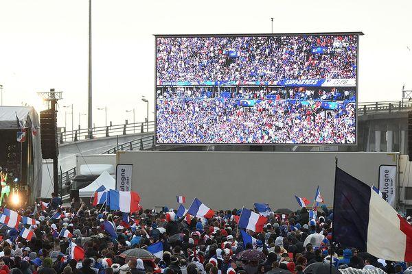 Un écran géant diffuse un match de football à Boulogne-sur-Mer (Pas-de-Calais), en 2016. (image d'illustration)