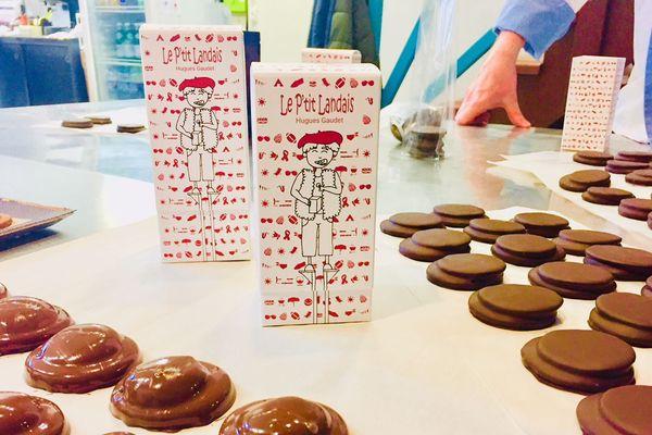 """Des """"P'tit Landais"""" en préparation sur le plan de travail du chocolatier Hugues Gaudet"""