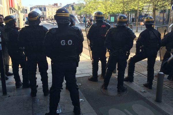 Forces de l'ordre déployées dans les rues de Bordeaux ce samedi 30 mars;