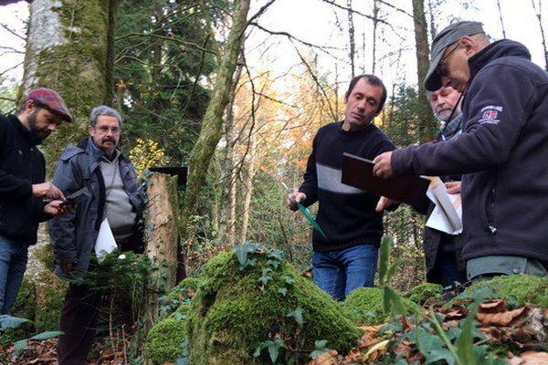 Formation de bénévoles de l'association Pierres et arbres de La Jonchère par Philippe Deubel, artisan spécialisé en murets en pierres sèches
