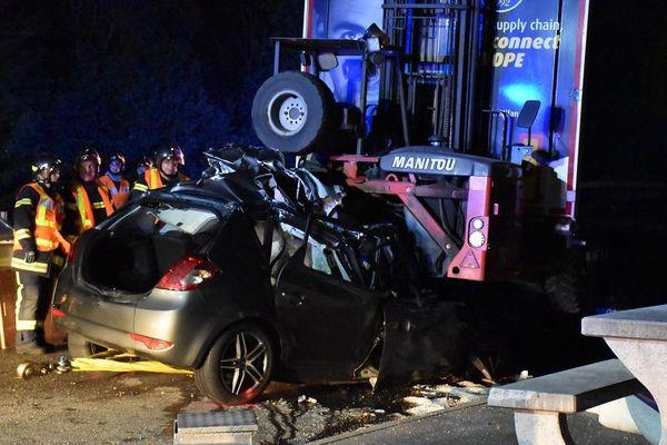 Une voiture s'est encastrée sous un poids lourd jeudi 23 mai sur la RD 483
