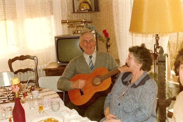 """""""Mon grand-père avec ma grand-mère . Il était le chef de la fanfare du village de Villiers-en-Lieu """" confie Christophe Lesuisse."""