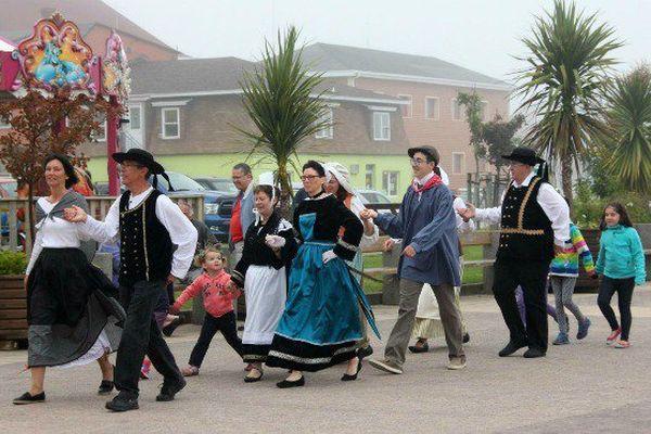 Un groupe de danse celtique dans les brumes de Saint-Pierre et Miquelon