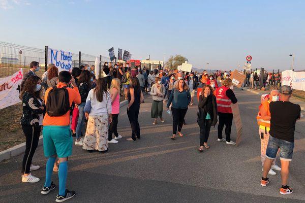 Près de 300 salariés manifestent, mercredi 16 septembre, devant le siège social des laboratoires Boiron, leader de l'homéopathie, à Messimy près de Lyon.