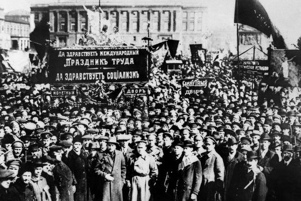 En 1917, les soviets russes renversent le Tsar Nicolas II et s'emparent du pouvoir en octobre.