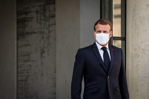 Emmanuel Macron, portant un masque, sur le perron de l'Elysée - Photo d'illustration