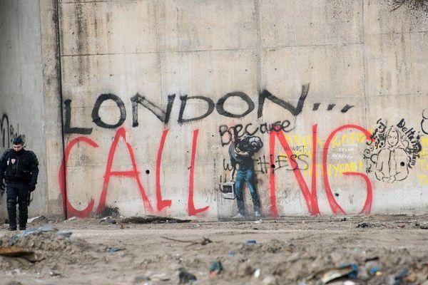 Policier sur la jungle à Calais.