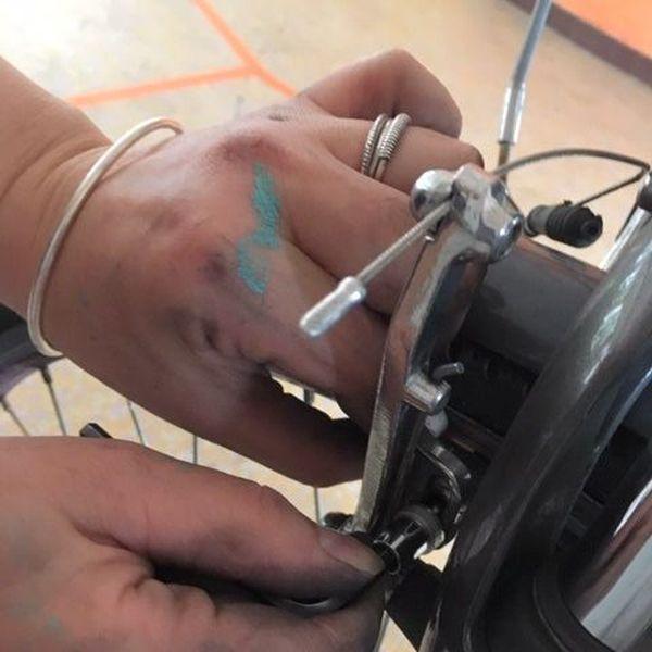 Plaquettes de frein, pneus, selle... Ohcyclo réemploie des pièces récupérées sur des vélos qui ne peuvent plus être réparés.