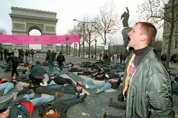 Act Up Paris a organisé de nombreuses actions le 1er décembre, journée mondiale de lutte contre le SIDA. Ici, aux Champs-Elysées, en 1992.