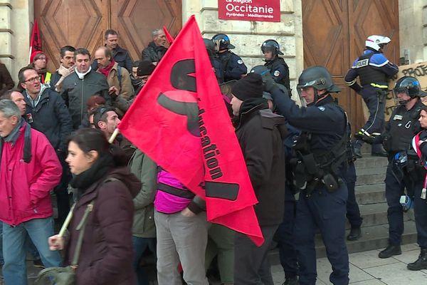 Des manifestants chassés du Lycée Daudet par les forces de l'ordre à Nimes, ce lundi 13 janiver. Ils voulaient empêcher les élèves de passer les épreuves du nouveau Bac.