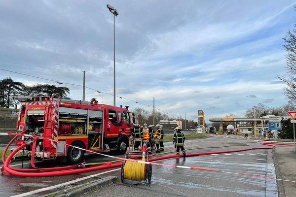 Un large périmètre de sécurité a été activé autour d'une station service, aux abords du périphérique entre Lyon et Bron. La raison ? Une fuite de GPL.