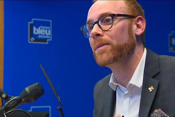 Maxime Patte, professeur d'histoire, animant une de ses chroniques radio sur France Bleu Picardie