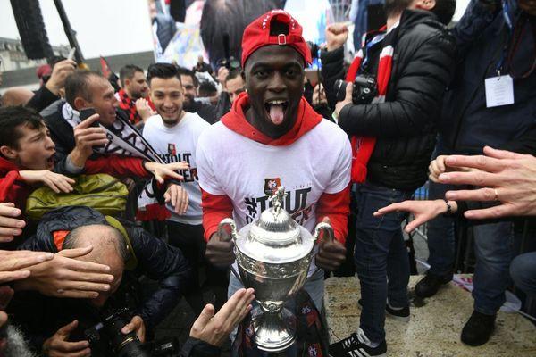 Mbaye Niang présente la Coupe aux supporters sur l'esplanade Charles-de-Gaulle à Rennes.