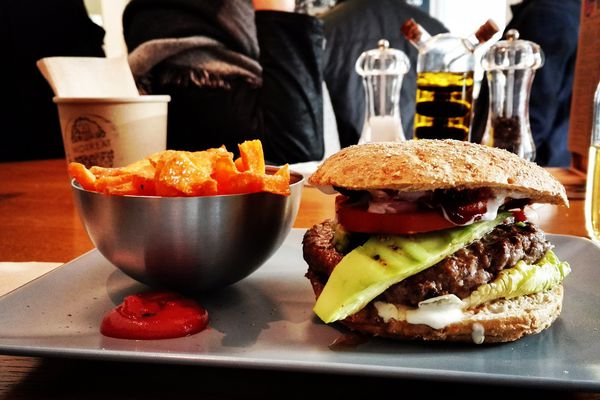 Fini le temps où il était un produit bas de gamme réservé aux chaines de fast food, le hamburger a gagné ses lettres de noblesses grâce à certains restaurateurs qui misent sur la qualité des ingrédients.