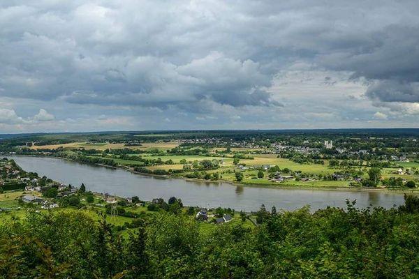 Après une matinée faiblement pluvieuse, le ciel restera assez nuageux vers la Mailleraye-sur-Seine, non loin du pont de Brotonne.