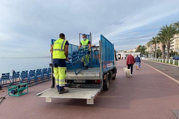 Christian Estrosi a décidé de faire retirer les chaises emblématiques de la Promenade des Anglais, pour éviter les regroupements.