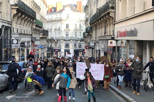 Certains enfants ont accompagné leur parents pour manifester contre le port du masque à l'école primaire, à Angers.