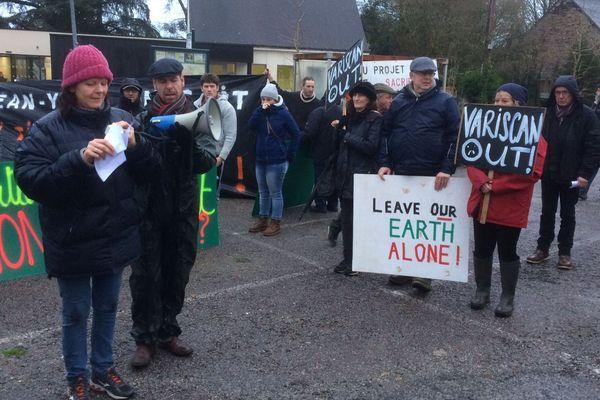 Les opposants aux projets de mines manifestent à Guerlédan le 15/01/2018 à l'occasion de la venue de J.Y.Le Drian