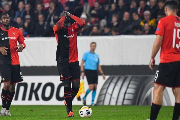 L'arrière rennais, M'baye Niang  se prend la tête lors de la rencontre contre Cluj en Europa Ligue au Roazhon Park.