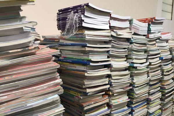 Les piles de livres scolaires de la PEEP de Longueau prêtes à être envoyées en République démocratique du Congo - Août 2019