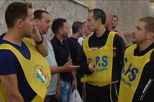 Une partie des surveillants a manifesté ce matin devant le nouveau centre pénitentiaire de Marseille.