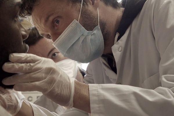 Le film a été tourné en immersion avec les soignants durant plusieurs mois.