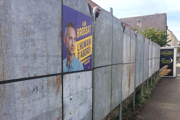 des Panneaux électoraux divisés à Noyant dans le Maine-et-Loire