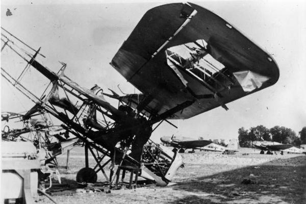 Un avion polonais RWD-8 détruit lors d'un bombardement allemand en septembre 1939.