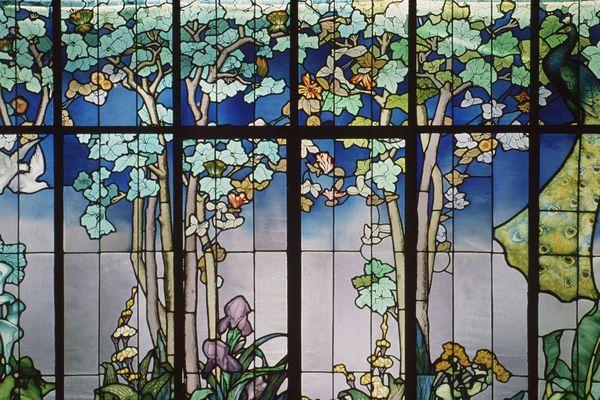 """Le vitrail mis à l'honneur cette année 2020 dans le cadre de la Journée mondiale de l'Art nouveau. Ici un vitrail de Guber """"de la salle"""" réalisé vers 1904."""