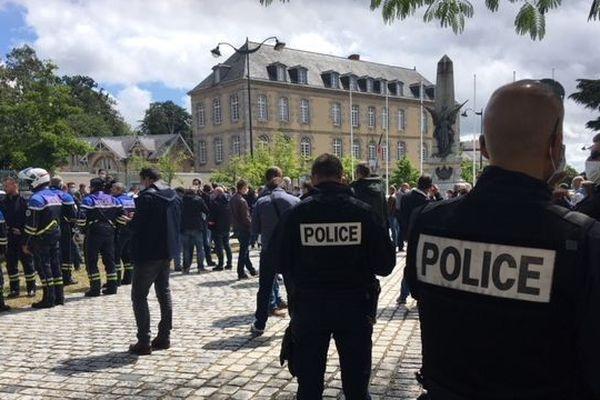 250 policiers face à l'ancienne préfecture ce vendredi midi à Rennes. La profession crie son ras le bol d'être montrée du doigt.
