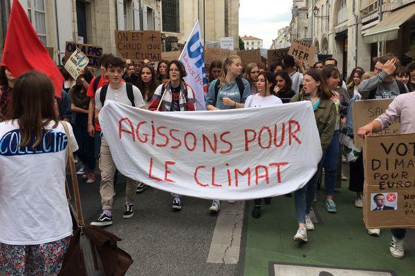 Plusieurs centaines de jeunes ont défilé dans les rues de La Rochelle ce vendredi