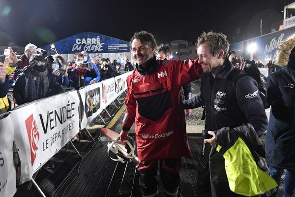 Thomas Ruyant, aux côtés du vainqueur du Vendée Globe, Yannick Bestaven.