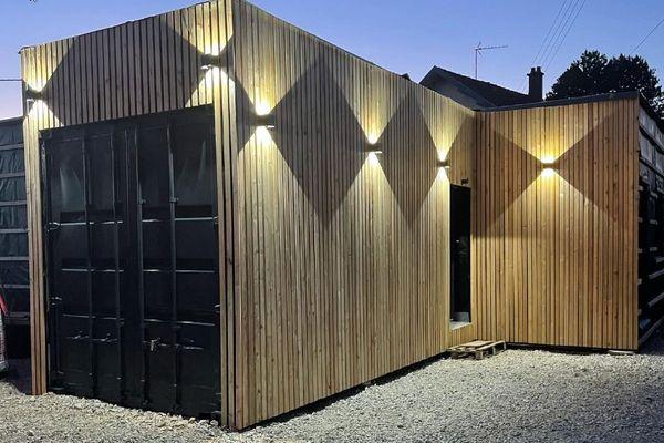 Le couple a choisi du mélèze, pour le revêtement extérieur de leur maison container