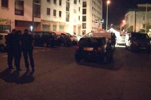 La victime a été abattue au volant de son véhicule stationné dans la rue