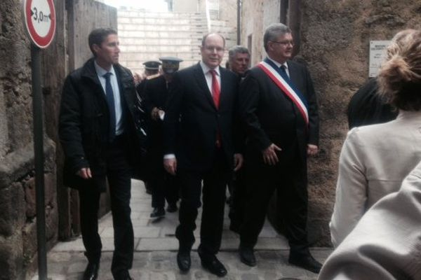 Le prince Albert de Monaco dans la vieille ville en fin de matinée