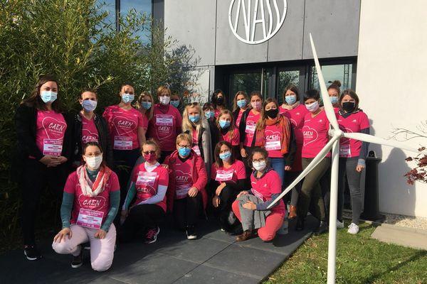 Des participantes à la Rochambelle 2020, masquées, et avec le t-shirt rose emblématique de cette course solidaire.