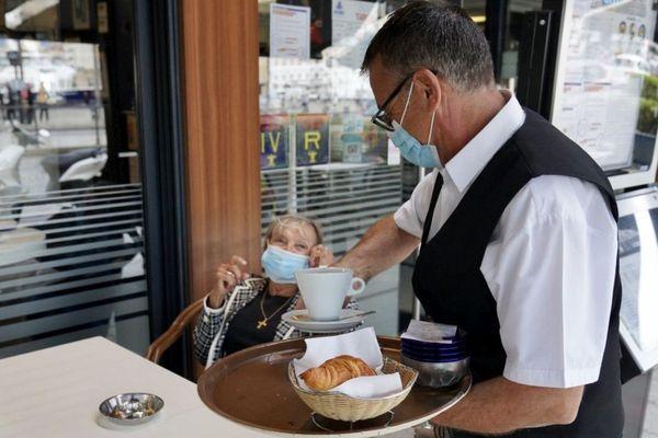 Le plaisir de prendre un café et un croissant en terrasse ce 2 juin à Marseille.