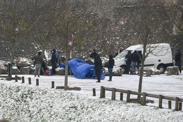 Les associations estiment à plus de 1000 femmes, hommes, enfants et mineurs isolé.e.s qui survivent toujours à rue, dans la forêt, sur le littoral du Nord et du Pas-de-Calais. Elles demandent la mise en place d'un dispositif exceptionnel et immédiat, alors que le plan grand froid a été déclenché dans les deux départements.