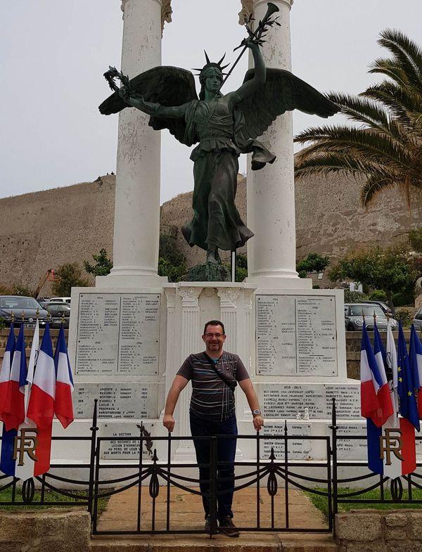 Grégory Viguié devant le monument aux morts de Calvi, en Haute-Corse.