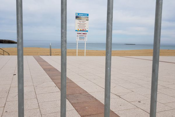 La grande plage de Biarritz déserte pendant le confinement