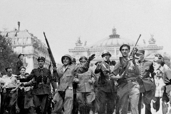 Libération de Paris. Soldats allemands faits prisonniers dans la Kommandantur, place de l'Opéra. 25août 1944.