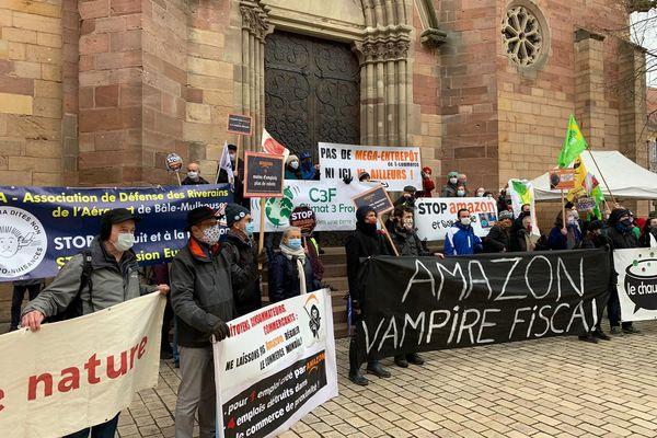 Les militants ont terminé leur marche devant la mairie, dont il déplore le silence.