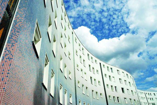 32 millions de carreaux de verre composent la nouvelle façade du Serpentin de Pantin