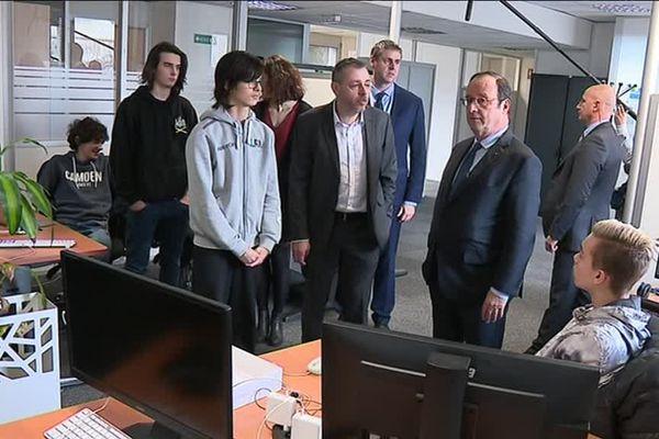 F. Hollande, désormais président de la Fondation La France s'engage, en visite le 14 février dans une école du numérique à Villeurbanne