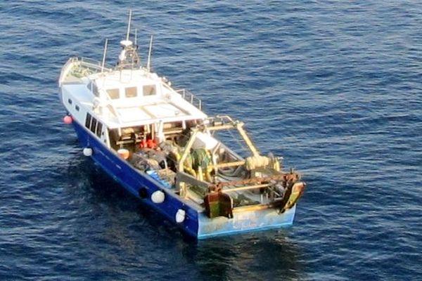 Au large de Saint-Cyprien (Pyrénées-Orientales ) - le bateau qui a sauvé les 3 marins espagnols en perdition, photographié par l'hélicoptère Dragon 66 de la sécurité civile - 5 juin 2013.