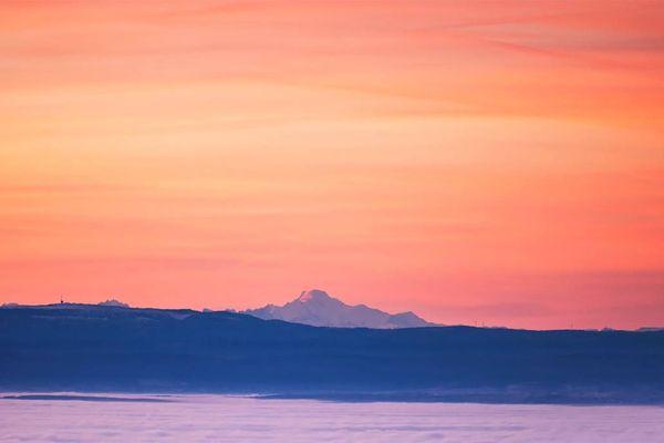 Le sommet du Mont-Blanc émerge à l'aube de la mer de nuages.